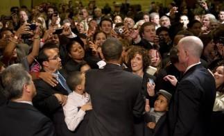US President Barack Obama (C) shakes han