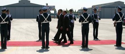 US President Barack Obama (C) walks on t