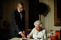 US President Barack Obama (L) looks on a