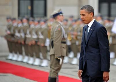 US President Barack Obama reviews a guar