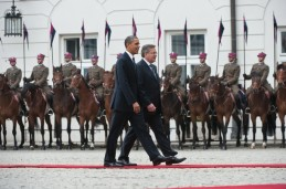 US President Barack Obama (L) walks with