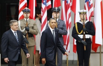 U.S. President Obama and Polish President Komorowski inspect the guard of honour during a welcome ceremony at the Presidential Palace in Warsaw