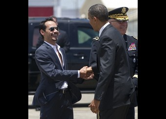 US President Barack Obama (R)greets sing
