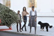 US First Lady Michelle Obama (R) and dau