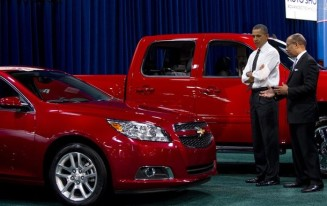 US President Barack Obama (L) talks with