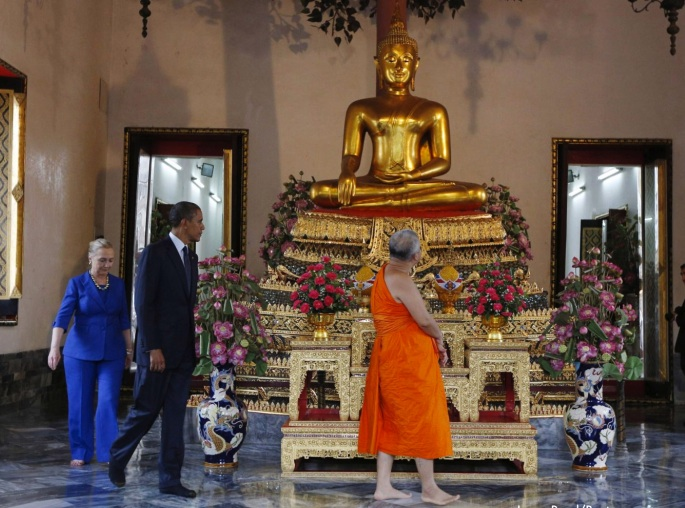 on tour obama and clinton at the wat pho royal monastery