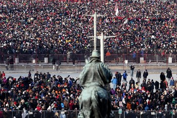 Crowds wait for the start of the presidential inauguration on the West Front of the U.S. Capitol January 21, 2013