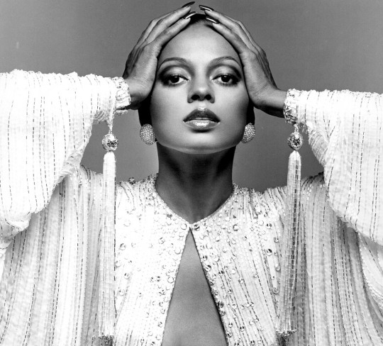 diana-ross-hands-head