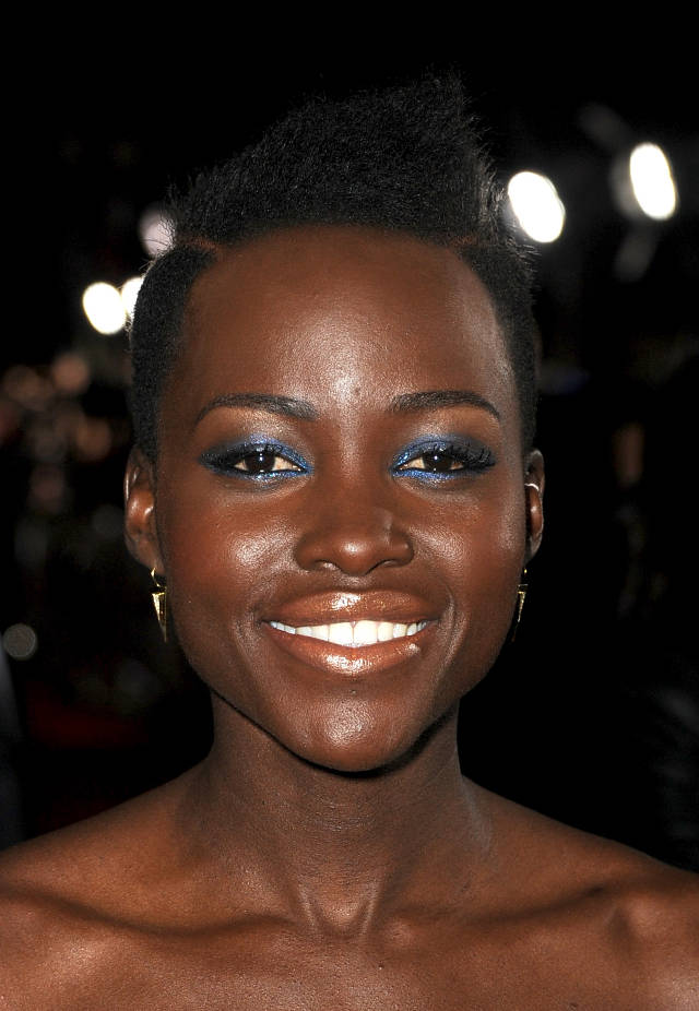 Lupita-Nyongo-at-the-LA-premiere-of-Non-Stop-wearing-metallic-makeup
