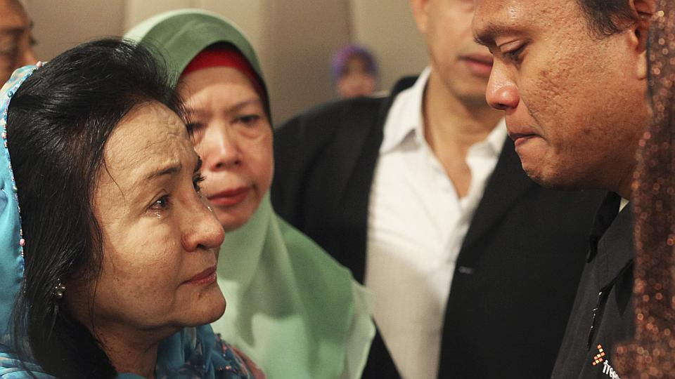 Rosmah Mansor, wife of Malaysian Prime Minister Najib Razak, cries with family members of passengers on the missing Malaysia Airlines flight MH370 at a hotel in Putrajaya -photo- reuters