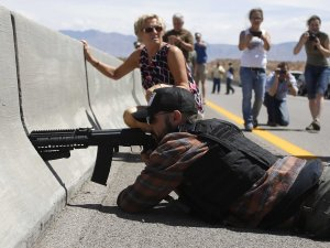 Tea Party aiming guns on federal agents- bundy-ranch