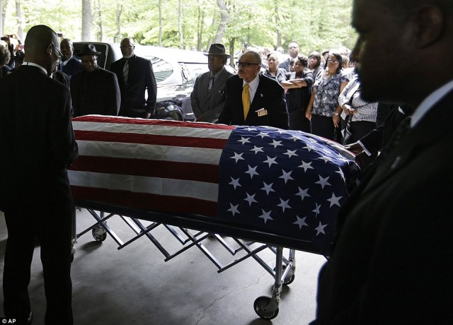2775F4F400000578-3034987-Patriotic_Walter_Scott_s_casket_was_wrapped_in_an_American_flag_-a-62_1428770019150