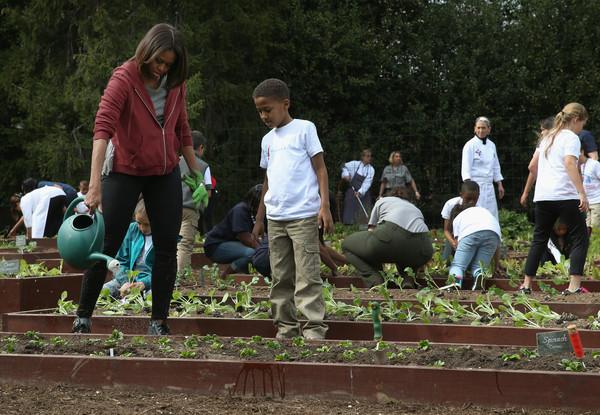 Michelle+Obama+Schoolchildren+Help+Michelle+M8ih5O8nYz7l