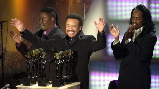 NEW YORK, UNITED STATES:  Maurice White (C) reacts to the crowd as his group, Earth, Wind and Fire, are inducted into the Rock and Roll Hall of Fame during the 15th annual induction ceremony 06 March 2000 at the Waldorf-Astoria Hotel in New York City. (ELECTRONIC IMAGE) AFP PHOTO/Stan HONDA (Photo credit should read STAN HONDA/AFP/Getty Images)
