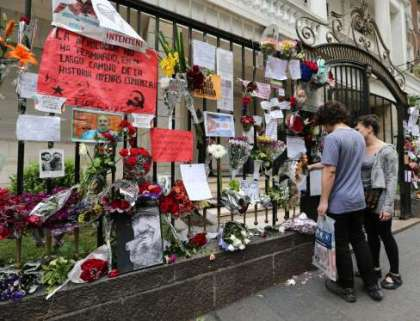 A couple pays tribute to late Cuban revolutionary leader Fidel Castro outside the Embassy in Buenos Aires, in Buenos Aires, Argentina