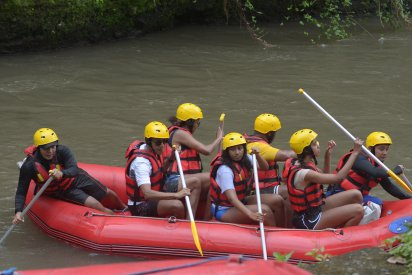 Former US president Barack Obama (2nd L), his wife Michelle (3rd L) and his daughters Sasha (front C) and Malia (2nd R) go rafting at Bongkasa Village in Badung on Bali island on June 26, 2017. Barack Obama kicked off a 10-day family holiday in Indonesia that will take in Bali and Jakarta, the city where he spent part of his childhood, officials said on June 24. / AFP PHOTO / STR (Photo credit should read STR/AFP/Getty Images)